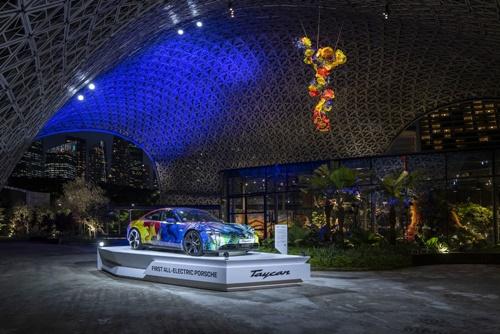 ปอร์เช่จัดนิทรรศการ Porsche Taycan electrifies Singapore's Gardens by the Bay รวมกับนิทรรศการ Dale Chihuly: Glass in Bloom